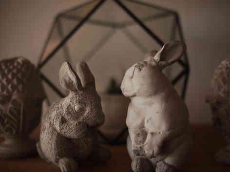 Фотография двух фигурок кроликов