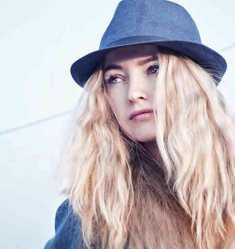 Портретное фото модели в синей шляпе