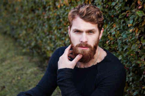Портретное фото мужчины с бородой
