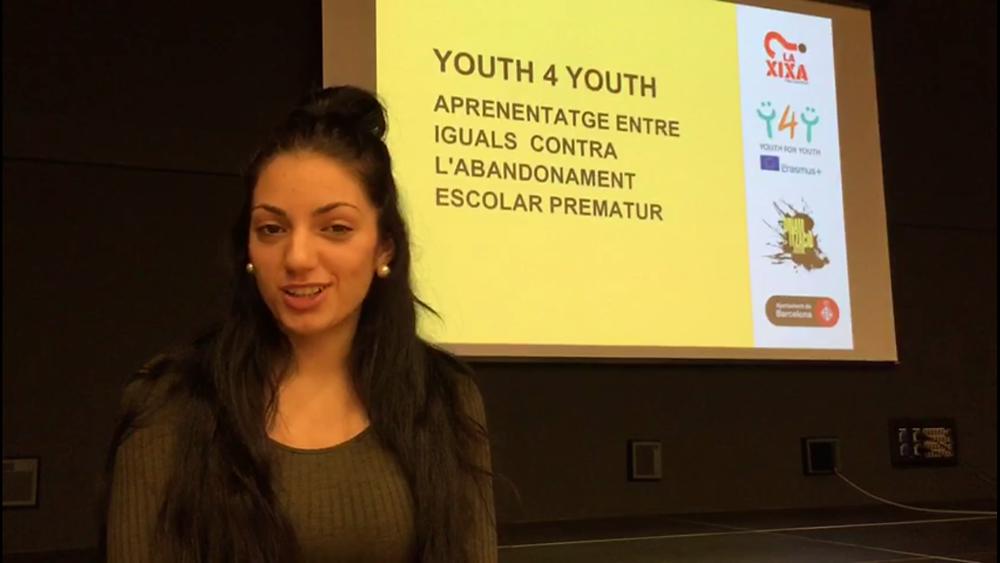 Una estudiante de l'Escola Esperança realizando su Reportaje Comunitario