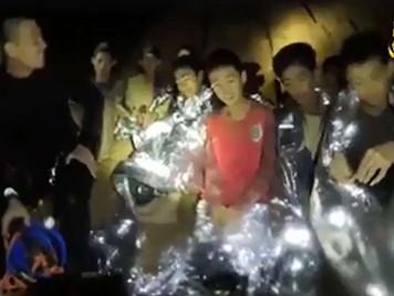 タイ洞窟の少年ら救出