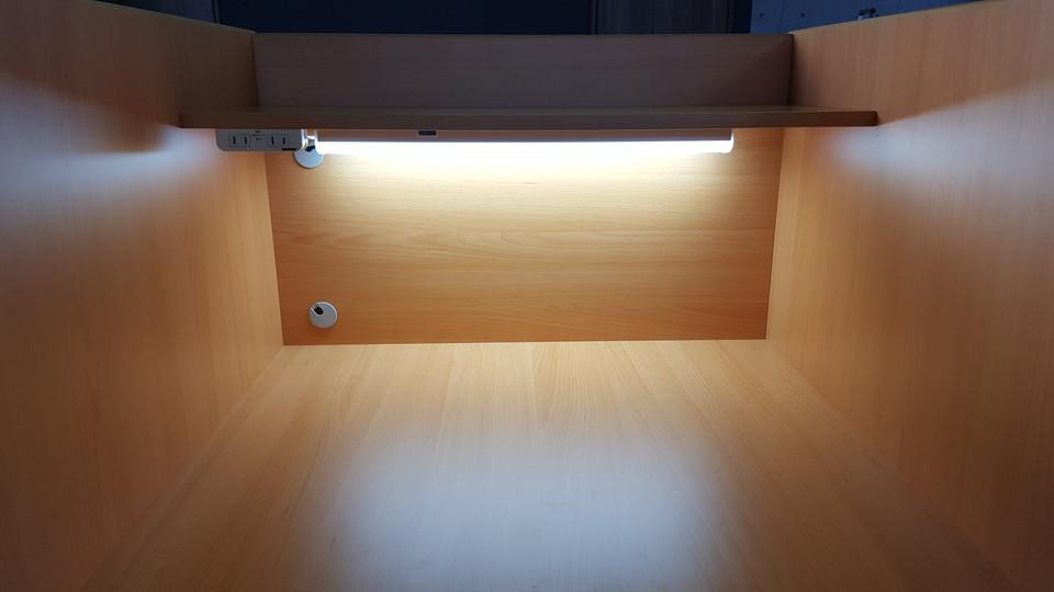 自習室の机は目に優しい照明、電源あり