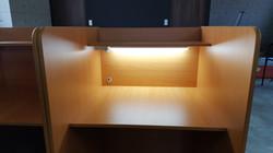 自習室の机は照明と電源付