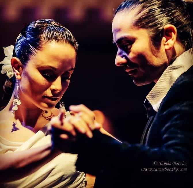 זוג שרוקד ביחד - אהבה ועסקים