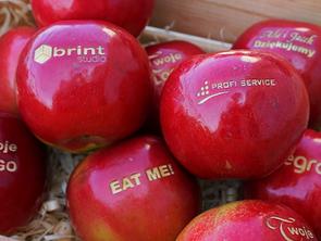 Jabłka z napisami od Natural Logo - Sprawdź!