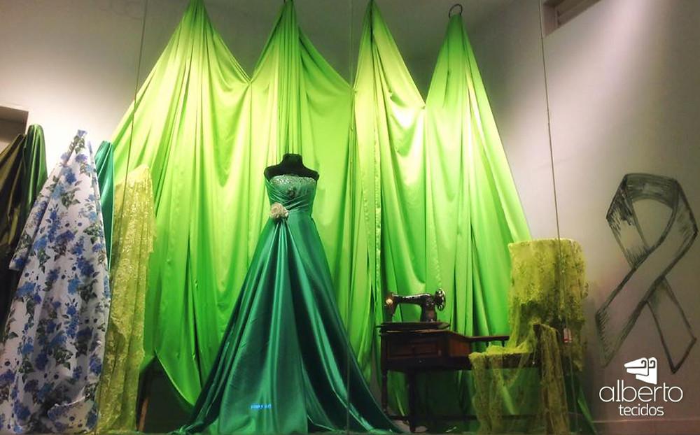 Vitrine de tecidos em tons de verde