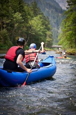 ragazzi che fanno rafting
