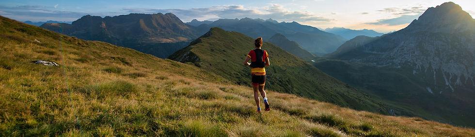 donna che corre in montagna