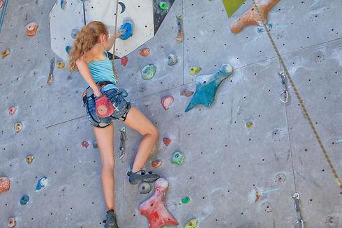 ragazzina che arrampica