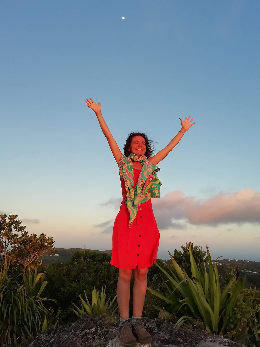 yoga gratitude femme heureuse joie pleine lune