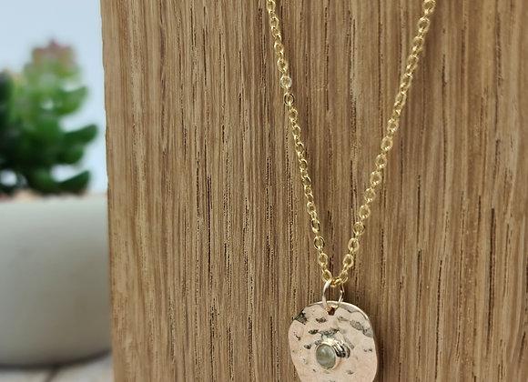 Collier court gold-filled pendentif martelé et pierre de lune