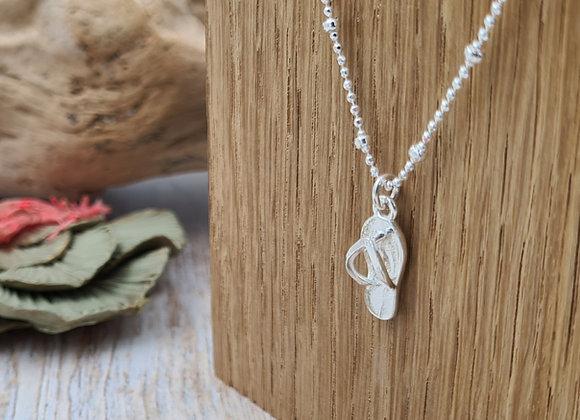 Collier court argent chaîne perlée et pendentif tong