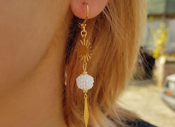 FANI - Boucles longues gold filled et perle blanche tissée à l'aiguille