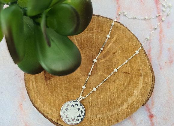 Collier court argent perles blanches et pendentif mandala