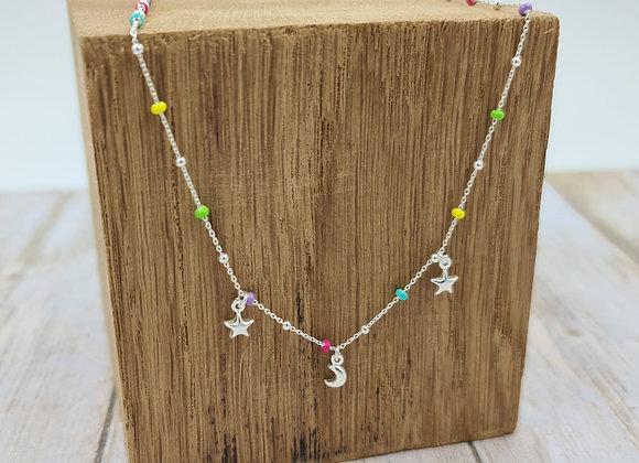 Collier court argent perles pastel et petits pendentifs étoiles et lune