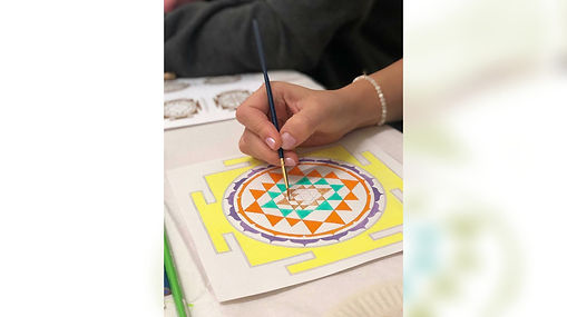 C'est une méditation en 9 étapes. Une Yantra est une géométrie sacrée qui est un instrument d'avancement spirituel. Le Sri Yantra élimine les vibrations négatives et les transforme en énergie positive. Il est très efficace pour la guérison physique, émotionnelle et mentale.