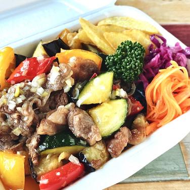 たっぷり野菜の豚カルビ丼