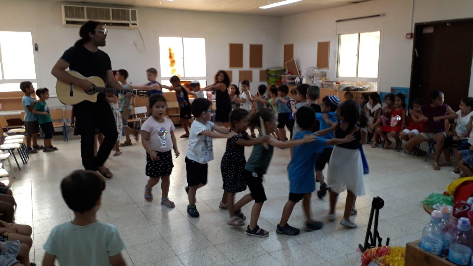 רוקדים ביחד עם מעשיותיאטרון