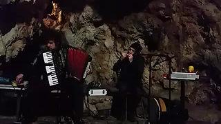 Koncert Boštjana Gombača in Janeza Dovča v skriti kraški jami 2018