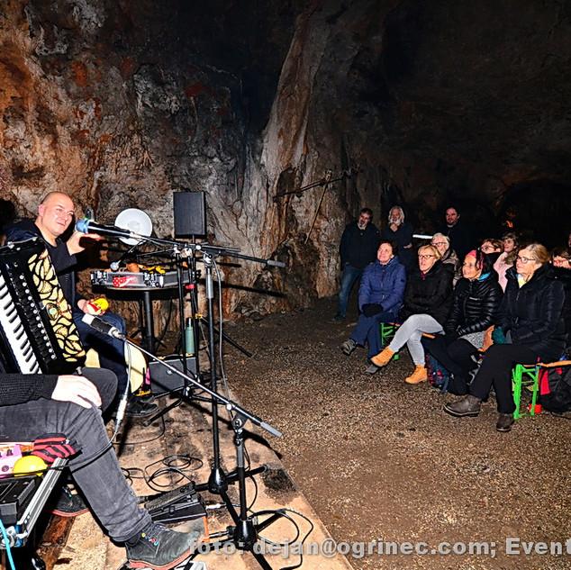 Koncert Gombač & Dovč v kraški jami