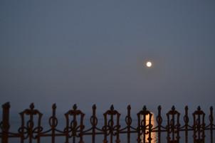 luna che sorge sul mare