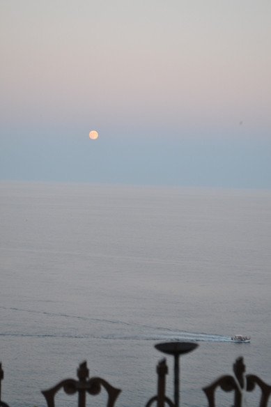 luna che sorge e barca