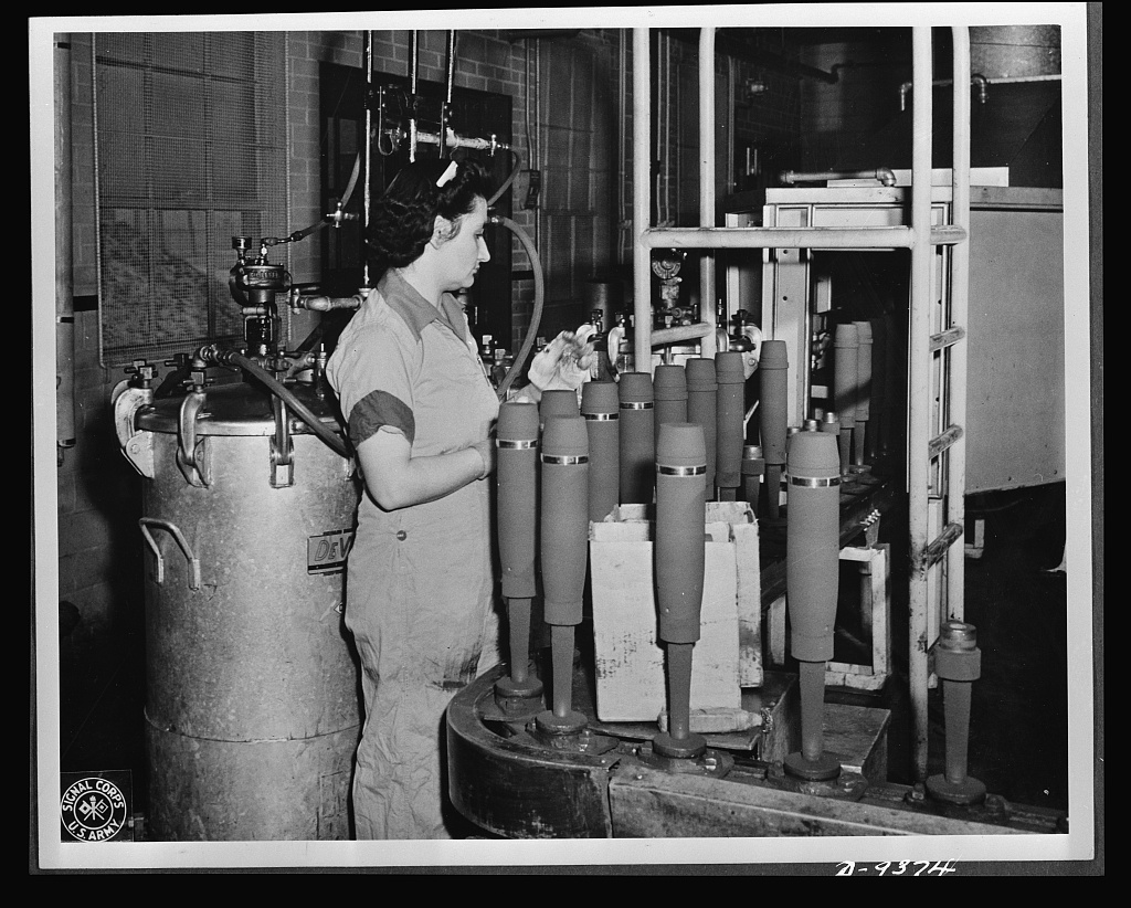Shell-loading.-On-the-firing-line-of-a-large-Midwest-loading-plant-artillery-she