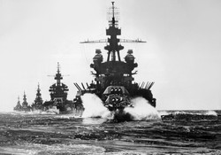 US_warships_entering_Lingayen_Gulf_1945