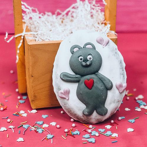 Серый мишка с красным сердцем в груди
