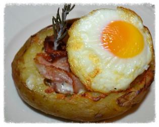 Bakt potet fylt med bacon potetmos og egg