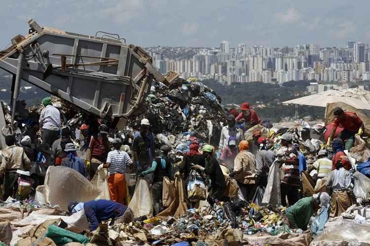 Os 200 hectares ocupados pelo Aterro Controlado do Jóquei, conhecido como Lixão da Estrutural, além de representarem um risco à saúde pública e ao meio ambiente, guardam o trabalho infantil