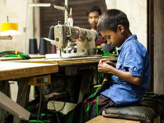 Crianças do Bangladesh trabalham 64 h/semana para fazer roupa barata