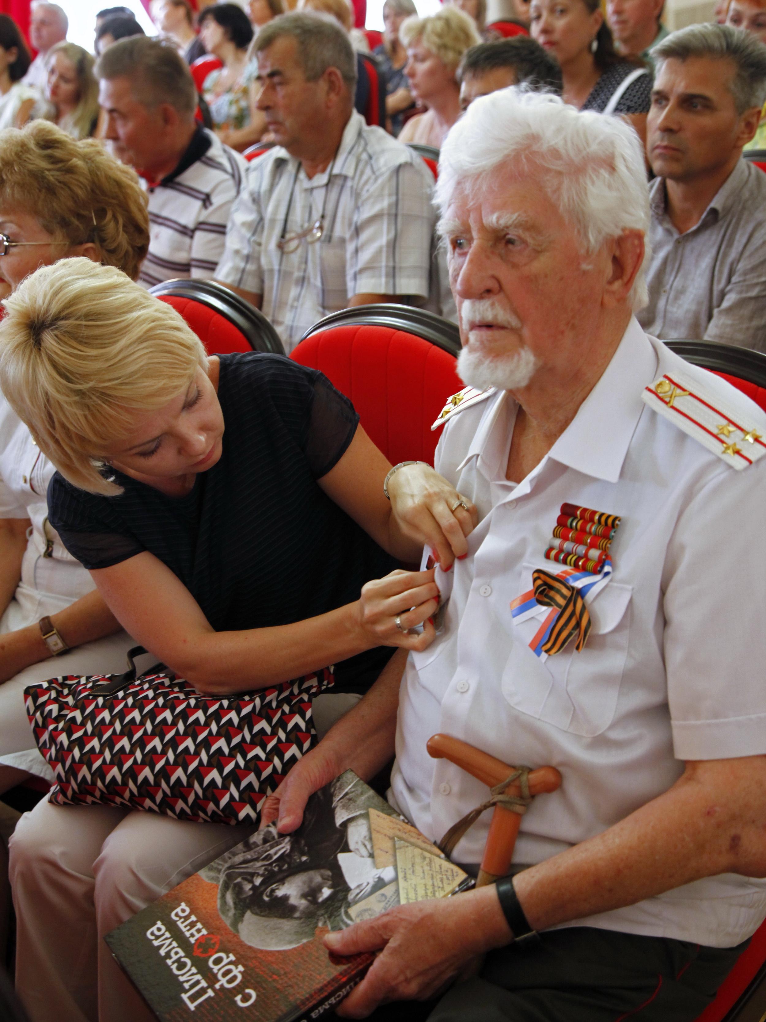 Участник войны Иван Степанович Харченко с книгой