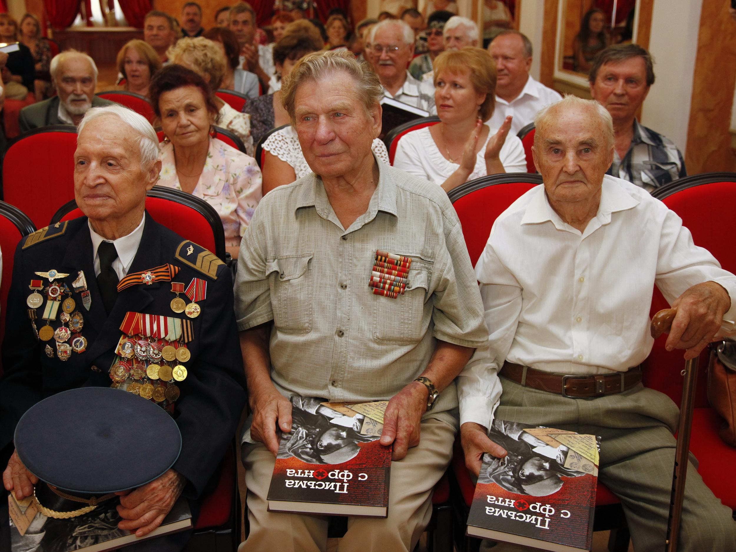 Ветераны ВОВ, получившие в подарок книгу