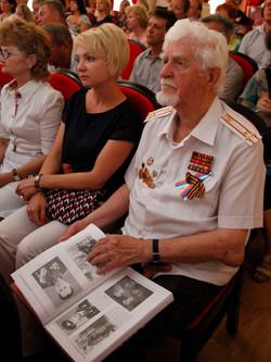 Участник войны Иван Степанович Харченко с книгой (2)