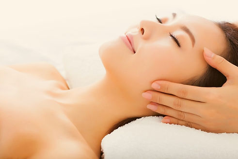 massage-of-face-for-woman-in-spa-salon-p
