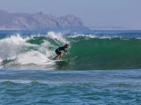Surf en playa Todos Santos en La Paz, BCS, una de las actividades más buscadas por visitantes