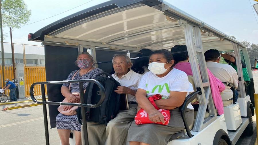Xochimilco apoya a adultos mayores con carritos de golf para su traslado centros de vacunación