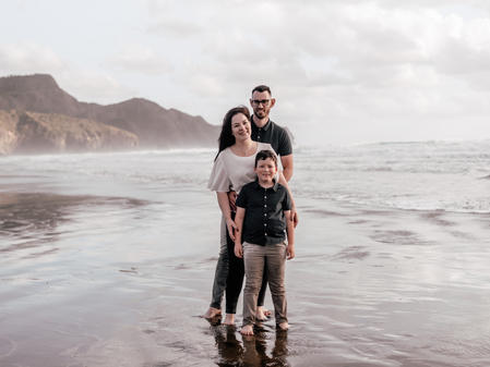 Family photoshoot   Bethells Beach New Zealand - www.zanthevorsatzphotography.com