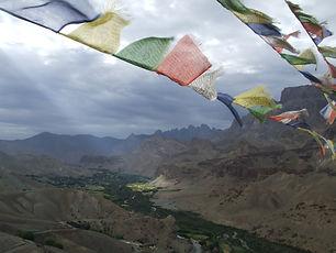 נוף בלדאק, מדבר, נהר ודגלים טיבטים