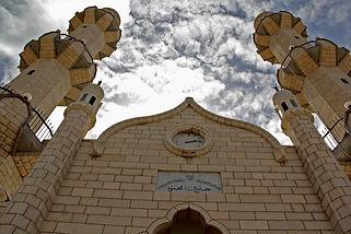 למסגד העדה האחמדית בכבאביר שני צריחים, השפעה אדריכלית הודית, מולדת העדה