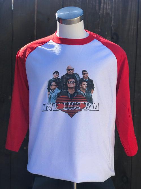 Camisa con mangas rojas