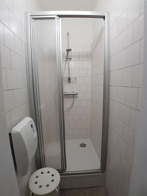 Eine der beiden Duschen am Gang