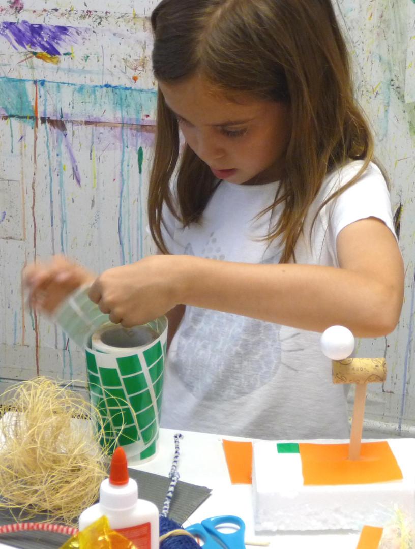 Beatriz haciendo escultura con textura.j
