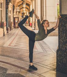 Eloise Skinner - Ballet pose in Canary Wharf, London