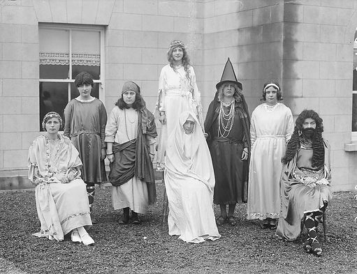 Children_in_costume_at_Our_Lady_of_Lourd