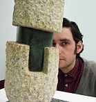Daniel Alonso con una de sus esculturas