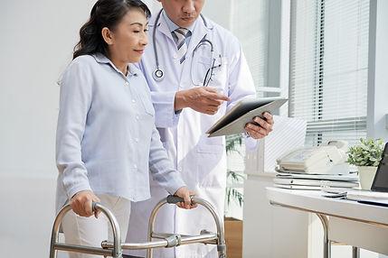 doc_with_rehab_patient.jpg.crdownload.jp