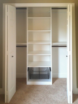 Reach-in closet with full-extension wire basket