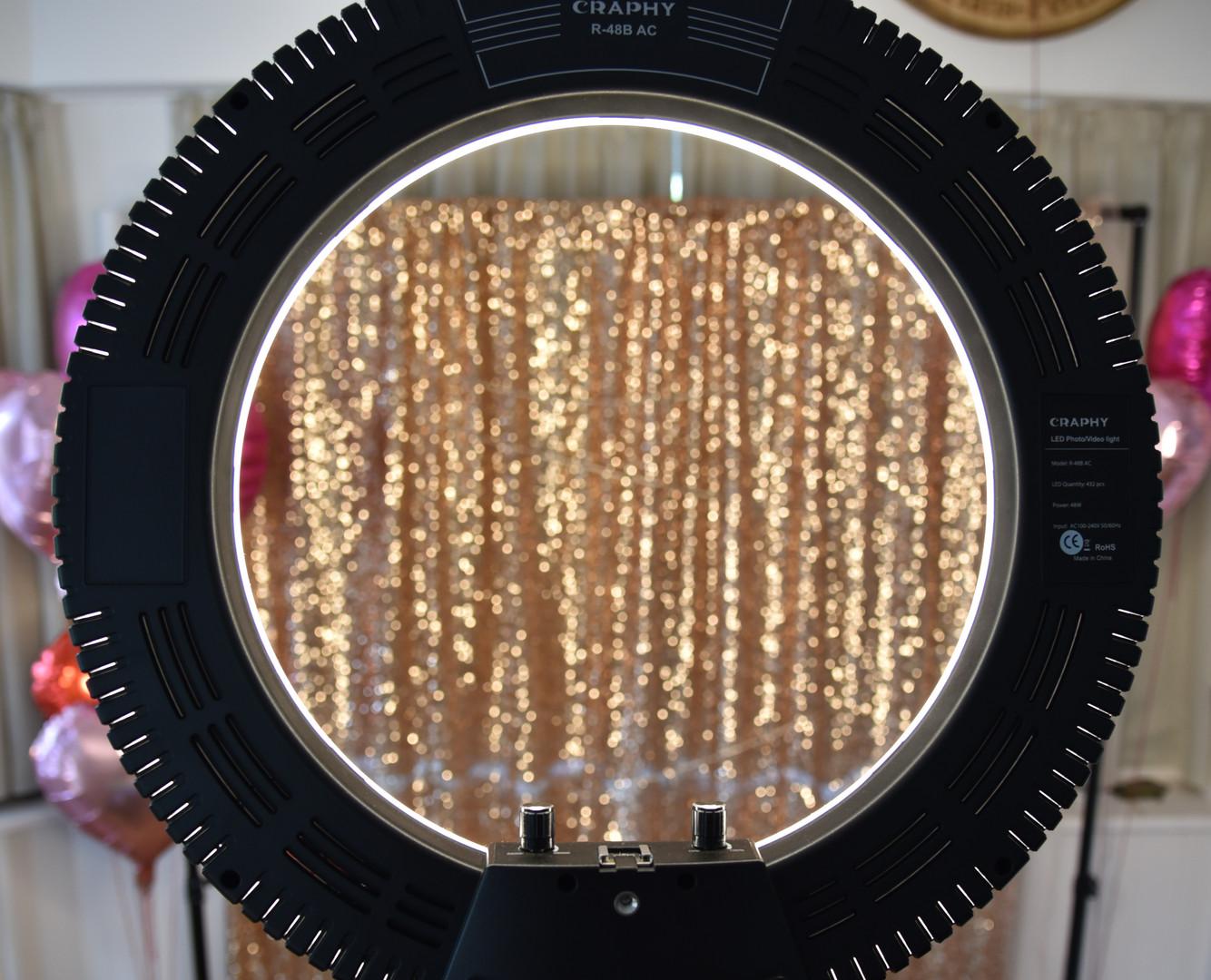LED Licht und goldener Vorhang.JPG